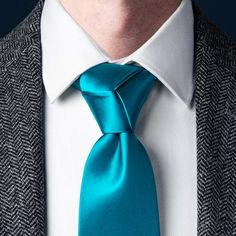 A comprehensive guide to tying a Trinity Knot necktie knot and others from Ties. Half Windsor, Windsor Knot, Trinity Knot Tie, Nudo Windsor, Eldredge Knot, Tie A Necktie, Prince Albert, Clothing Hacks, Moda Masculina