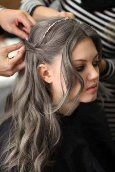 This grey is really pretty (preparing myself for the day when it becomes impossible to keep up with my grey roots) Prateado | Blog do DETRICH
