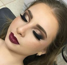 Gente estou apaixonada nessa técnica do semi Cut Crease ! fica linda e… Guys I'm in love with this technique of semi Cut Crease ! Party Makeup Looks, Love Makeup, Makeup Inspo, Makeup Inspiration, Sweet 16 Makeup, Belle Makeup, Fancy Makeup, Bold Eye Makeup, Neutral Makeup