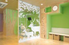 Ci sono molti aspetti interessanti in uno spazio progettato per bambini. Che sia una clinica dentistica, un asilo o una semplice cameretta, è il punto di vista che viene ribaltato e spesso m…
