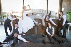 La novia con los padrinos en el bar -  Divertidas ideas de fotos originales para la Boda