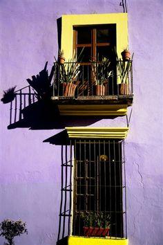 Puebla en imágenes - Lejos de los azulejos y el ladrillo, muchas de las casas poblanas antiguas lucen brillantes colores que siempre contrastan con los marcos de las puertas y ventanas, en algunas calles la paleta de colores puede ser ocre o de tonos fríos.