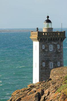 Le phare de Kermorvan est situé au nord-ouest du port du Conquet, dans le Finistère