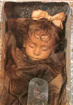 Rosalia Lombardo, la plus belle momie du monde. La petite Rosalia, décédée en 1920, a été momifiée par Alfredo Salafia, un embaumeur réputé. Le corps, exposé aux Catacombes Capucines de Palerme, est, encore aujourd'hui, étonnamment bien conservé.