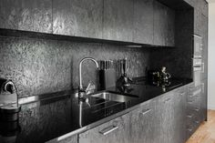 moderne keuken met zwarte osb platen