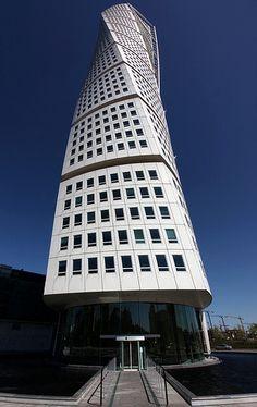 """Turning Torso. Malmö. Situada en Malmö, en Suecia, este rascacielos es una de las obras más famosas de Calatrava, y un auténtico icono de la ciudad de Malmö —de hecho fue construido con este objetivo, tras el desmantelamiento de la """"Grúa Kockums""""—. Basado en una escultura del propio arquitecto, el torso en giro se retuerce 90º en sus 190 metros de altura (es el más alto de Escandinavia). En 2005 recibió el premio MIPIM al """"Mejor edificio residencial del mundo"""""""