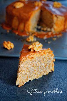 Voici un gâteau aux noix (gâteau grenoblois) avec une touche de rhum et un glaçage au café. Un vrai délice, testez pour le prochain goûter !