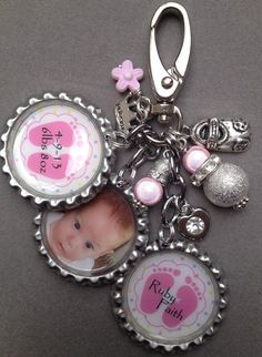 This listing is for one BABY KEEPSAKE bottle cap purse clip and a picture of your choice as well as two personalized caps. Available for boy or girl. ** also available in yellow, green, purple and pink. Charms to choose from are moon and stars, pacifier, Bottle Cap Jewelry, Bottle Cap Necklace, Bottle Cap Art, Bottle Cap Images, Bottle Top Crafts, Bottle Cap Projects, Diy Bottle, Resin Jewelry, Jewelry Crafts