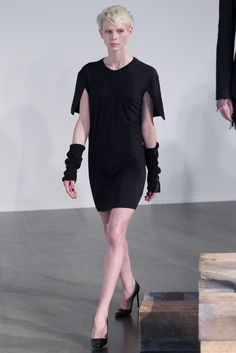 Drawing inspiration from the craft movement, Tess Giberson showed a strong, edited lineup with a great balance of texture, proportion, color and detail. Fall Fashion Trends, Love Fashion, Fashion Show, Autumn Fashion, Black Wardrobe, Resort Dresses, Material Girls, Back To Black, Lbd