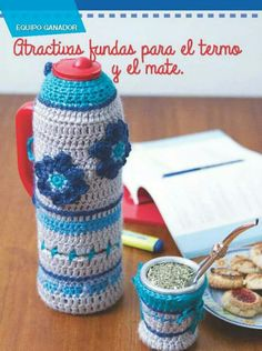 Bienvenidas deco crochet. Yarn Crafts, Diy And Crafts, Baby Favors, Bottle Cover, Coffee Cozy, Knit Crochet, Crochet Earrings, Projects To Try, Jar