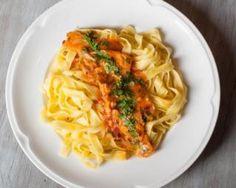 Tagliatelles express légères thon et tomate : http://www.fourchette-et-bikini.fr/recettes/recettes-minceur/tagliatelles-express-legeres-thon-et-tomate.html