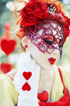 Roses around the Red Queen's crown? 11 Beautiful Queen of Hearts Cosplays - Gorgeous red heart leather mask by Tom Banwell! Maquillaje Halloween, Halloween Makeup, Halloween Costumes, Halloween Queen, Halloween Ideas, Halloween Iii, Halloween Parties, Adult Halloween, Diy Costumes
