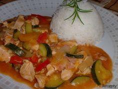Na rozehřátý olej vhodíme kostičky nakrájeného masa a necháme chviličku zatáhnout. Přidáme anglickou slaninu nakrájenou nadrobno, po chvíli cibuli nakrájenou na klínky a vše orestujeme. Pak přihodí... Caprese Salad, Thai Red Curry, Low Carb, Menu, Soup, Rice, Eggs, Yummy Food, Chicken