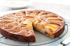 Torta di pesche all'amaretto - La torta di pesche all'amaretto è un dolce profumato e particolarmente soffice: questo impasto con la ricotta e la polvere di mandorle è perfetto per un dessert raffinato da gustare con il tè delle cinque o con la prima colazione - Parliamo di Cucina