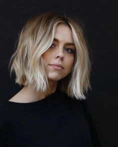 ▷ 1001 + ideas for amazing hair color trends 2020 - hairstyle trend shoulder-length hair with waves, blonde hair color, black blouse - Haircuts For Frizzy Hair, Bob Hairstyles For Fine Hair, Bob Haircuts, Girl Hairstyles, Latest Hairstyles, Braided Hairstyles, Wedding Hairstyles, Angled Bob Hairstyles, Casual Hairstyles