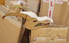Déguisement de dragon, plus facile à faire y'a pas – Si Tu Veux (Jouer) Disney Halloween, Clothes Hanger, Jouer, Cool Stuff, Head Pieces, Fancy Dress, Weapons, Cosplay, Costumes