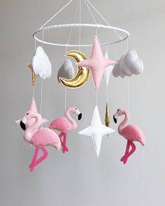 Mobil mit einem Flamingos, Wolken und Sterne, ist ein perfektes Geschenk für Ihr Kind und eine tolle Deko im Kinderzimmer. Alle meine Babymobile in einem rauchfreien und Haustier frei Haus von Hand gefertigt. Sie können Farben und Größe der unser Baby mobile anpassen. Kontaktieren Sie mich