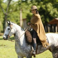 Lady woman Gaucho Horse Adventure, Pony Breeds, Spanish Dress, Hot Country Girls, Horse Riding Clothes, Equestrian Chic, Spanish Woman, Cowboy Girl, Rio Grande Do Sul