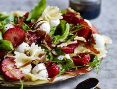 Italiensk pastasalat med jordbær og sprød serrano Arugula, Caprese Salad, Food Inspiration, Picnic, Salads, Food And Drink, Cheese, Eat, Ethnic Recipes