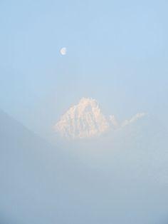 La lune et le Haunnold dans la brume - Mond und Haunold im Nebel - Fog over moon and Haunold