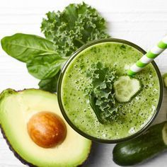 Green Smoothies are packed with fiber, protein and other essential nutrients. Try these easy tips to make vegetable healthy breakfast smoothies. Yummy Smoothie Recipes, Yummy Smoothies, Fat Burning Smoothies, Weight Loss Smoothies, Smothie Bowl, How To Make Kale, Healthy Snacks, Healthy Recipes, Healthy Fats