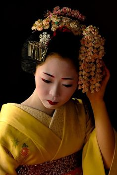 Maiko Kosen from Gionkobu (Magdalena Frackowiak) Tags: flowers japan cherry japanese kyoto blossom traditional culture maiko geiko geisha april sakura osaka kimono gion nara kosen kobu mamechiho maikokosen Geisha Samurai, Geisha Art, Japanese Kimono, Japanese Art, Kimono Japan, Traditional Japanese, Japanese Beauty, Asian Beauty, Look Kimono