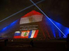 La grande pyramide de Gizeh a affiché les drapeaux de pays touchés récemment par des attaques de Daech : l'Égypte, le Liban, la France et la Russie.