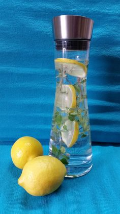Adeles Kräuterlimonade  Zutaten für die Kräuterlimonade 1 Liter Wasser  4 – 5 Scheiben einer Bio-Zitrone  2 – 3 Kräuterzweige z.B. Zitronenmelisse Basilikum rot schmeckt feiner, der grüne geht aber auch Minze z. B.   #Kräuterlimonade
