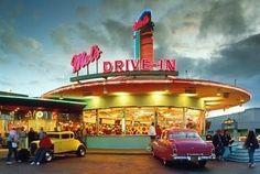 Mel's Drive-In in Universal Studios Singapore Bar Vintage, Vintage Diner, Vintage Signs, Vintage Cars, Drive In, 1950s Diner, Retro Diner, Diner Aesthetic, Aesthetic Rooms