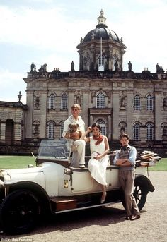"""mote-historie: """" Anthony Andrews as Sebastian Flyte with teddy Aloysius, Diana Quick as Julia Flyte, and Jeremy Irons as Charles Ryder in the 1981 adaptation of Brideshead Revisited. Costume design by Jane Robinson. Location: Castle Howard, a stately. Retorno A Brideshead, Dream Life, My Dream, Estilo Tudor, Brideshead Revisited, Castle Howard, Classy Aesthetic, Belle Aesthetic, Trust Fund"""
