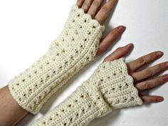 guanti senza dita bianco perla da donna guanti lunghi. €22,00, via Etsy.