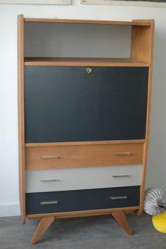 Un secrétaire vintage aux pieds compas repeint off black (Farrow & Ball) et beige doré (coloris mon petit meuble). www.monpetitmeuble.com