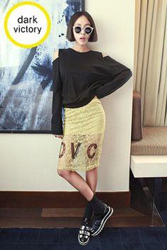 Today's Hot Pick :DVC英字ロゴ入り花柄刺繍レース膝丈タイトスカート【DARK VICTORY】 http://fashionstylep.com/SFSELFAA0013814/khyelyunjp/out 花柄刺繍レースがフェミニンな膝丈タイトスカートです。 フロントのDVC英字ロゴがカジュアルなアクセントに☆ ミニ丈の裏地デザインがセクシーな脚を演出します♪ 人と差のつく甘辛ミックスコーデが叶います!! アイボリーとマスタードの2カラーをご用意しました。 フリーサイズです。 身長によって着丈感が異なりますので下記の詳細サイズを参考にしてください。 ◆2色: アイボリー/マスタード