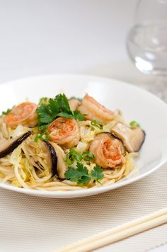 Shrimp and Vegetables Noodles Stir-Fry Yummy Pasta Recipes, Easy Dinner Recipes, Seafood Recipes, Great Recipes, Cooking Recipes, Favorite Recipes, Recipe Ideas, Healthy One Pot Meals, Healthy Food Blogs