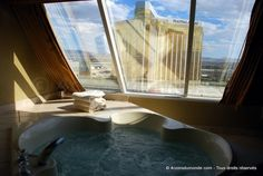 La vue depuis le jacuzzi dans la chambre de notre Hotel, le Luxor à Las Vegas - 4 coins du monde