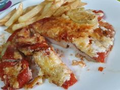 Χοιρινό σνιτσελ στο φούρνο σαν πίτσα!  Γρήγορο,εύκολο και πολύ νόστιμο!  Υλικά  •4-6 κομμάτια σνίτσελ χοιρινό  •3-4 μεγάλες ντομάτες  •1/2 κιλό κασέρι τριμένο  •1 φλυτζάνι πουμαρό ελαφρώς αραιωμένο  •1-2 πιπεριές πράσινες  •Αλάτι & πιπέρι  Εκτέλεση  Αλατοπιπερώνουμε τα σνίτσελ.  Παίρνουμε ένα ταψάκι που να χωράει τα σνίτσελ στρωμμένα Cookbook Recipes, Cooking Recipes, Healthy Recipes, Greek Recipes, Cooking Time, Food Dishes, Food Processor Recipes, Bacon, Food Porn