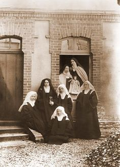 The novices and their superiors. St. Therese is second from the left. In thew indow are mother Marie de Gonzague and Mother Agnes (Pauline Martin). Sr. Genevieve (Celine) is on the far right. 1895. Visit my board for more pictures of St. Therese and her family.