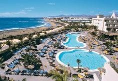 In dit comfortabele viersterrenhotel Beatriz Playa zijn ook familiekamers boekbaar! Geniet in het zwembad van de tropische begroeide omgeving.    In de tuin liggen 2 zoutwaterzwembaden. Er is een zonneterras met ligbedden en parasols waar u heerlijk van de zon kunt genieten.  Hotel Beatriz Playa is slechts door de boulevard gescheiden van het Matagorda-strand, vlakbij een winkelcentru. Op ca. 4 kilometer ligt het centrum van Puerto del Carmen.    Officiële categorie ****