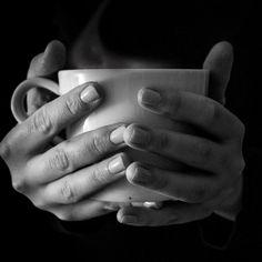 Café e jejum intermitente:  Fique tranquilo: o café não tem calorias e não irá te tirar do estado de jejum e nem interromper seu jejum intermitente.  Algumas pessoas inclusive adicionam gorduras ao café como manteiga ou creme de leite fresco para facilitar ficar por grandes períodos em jejum.  Claro que nesse caso é uma modalidade um pouco diferente de jejum no qual você aceita algumas calorias mas evita a elevação da insulina uma vez que não ingere nem proteínas e nem carboidratos.  Leia…