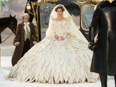 Espelho, espelho meu… Segundo, foi o vestido de noiva da rainha má, interpretada por Julia Roberts, simplesmente  M-A-R-A-V-I-L-H-O-S-O.
