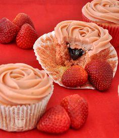 Strawberry & chocolate cupcakes with Strawberry brigadeiro frosting