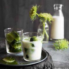 Mit unseren sommerlichen Matcha-Rezepten bist du der Star jeder Garten-Party! Denn der edle Grüntee ist nicht nur gesund, sondern überzeugt auch mit seinem intensiven Grün und dem lieblich-süßen Geschmack. Avocado Smoothie, Cocktail Drinks, Cocktails, Matcha Drink, Matcha Benefits, Glass Of Milk, Latte, Healthy Lifestyle, Beverages