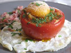 Tomates rellenos entre huevo frito