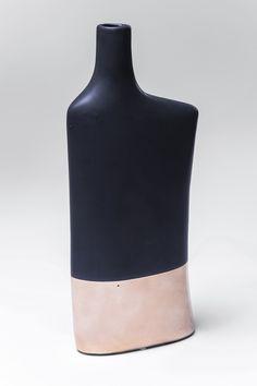 Vaas Largo asymmetrisch. Functional! Deze gave vaas kan als object neergezet worden, maar ook om een leuk bloemetje in te zetten. Deze vaas is geglazuurd en is zwart met rosé gecombineerd. Wij zijn gek op deze kleurencombinatie! Het voordeel is dat je het water in de vaas niet ziet zitten, en dus ziet het er altijd schoon uit. Deze zwarte vaas Largo asymetrisch is 36cm hoog.