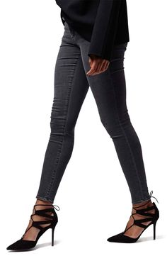 Loving this look! Grey skinny jeans paired with a black sweater and pumps for a chic fall look.