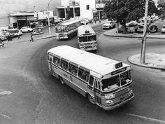 1974- Esta foto, do acervo de André Decourt, mostra o Largo de Madureira, no bairro do mesmo nome, no município do Rio de Janeiro, que vivia seus últimos momentos como capital do Estado da Guanabara. No destaque, um ônibus Cermava da Auto Viação Três Amigos, hoje castigada pelo fardamento visual da prefeitura municipal.