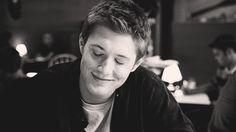 25 gifs do Jensen Ackles que vão salvar o seu dia 2. Ah, que é isso, Jen. Não precisa ficar sem graça, não. Você nasceu para ser Dean Winchester!