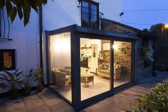 How to find the best house extension ideas? If you are trying to achieve a home extension within budget, look through our 5 low-cost house extension ideas. Modern Conservatory, Conservatory Extension, Glass Conservatory, House Extension Design, Glass Extension, Extension Ideas, Extension Google, Garden Room Extensions, House Extensions
