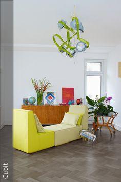Sofa in der Mitte des Raumes