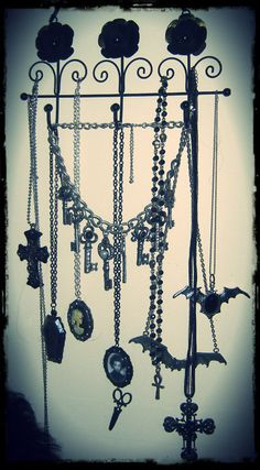 Gonna try a homemade version of this to hang my jewelry and sunglasses...I don't think it'll have pretty flowers though